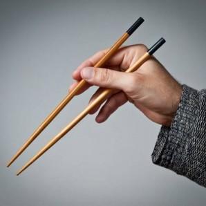 Як правильно тримати палочки для суші